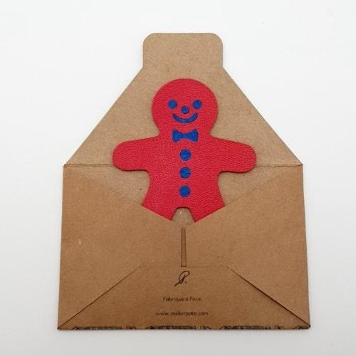 Magnet en cuir Bonhomme Pain d'Epice Rouge Fabriqué à Paris - packaging papier kraft - Mon Souvenir de Paris by Atelier Pato