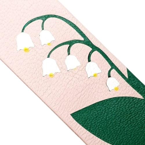 Marque-page en marqueterie cuir upcycling - Edition Spéciale Muguet de Mai - Zoom sur le cuir upcyclé fond rose vert et pétales blancs avec points jaunes