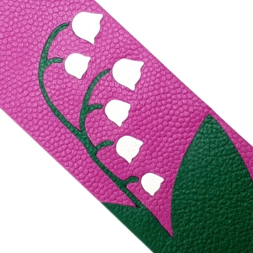 Marque-page en marqueterie cuir upcycling - Edition Spéciale Muguet de Mai - Zoom sur le cuir upcyclé fond violet vert et pétales blancs